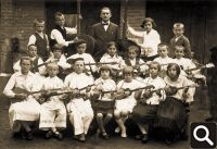 Učitelj Dragan Begović s Tamburaškim orkestrom cerničke škole 1933. godine