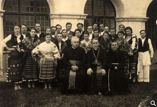 Crkveni zbor društva Katoličke akcije 1939. godine prigodom boravka nadbiskupa Alojzija Stepinca i Sv. Potvrde u Cerniku
