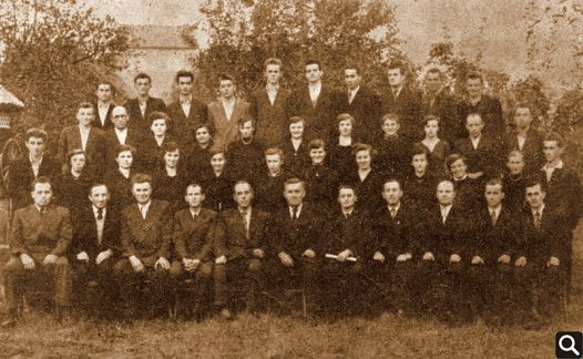 "Zbor HPD ""Tomislav"" u jubilarnoj 1955. g. 1. red (odozdo slijeva na desno): Melhior Šimić, Emil Đurić, Dragan Živković, Josip Kovačević, Zlatko Prevlošek (tajnik), Ivan Petrić (predsjednik), Vinko Sokić (zborovođa), Ivica Tomlinović, Antun Tusić, Franjo Vuk, Ivica Vuk 2. red: Nikola Terzić, Josipa Kurjaković, Antonija Vuk, Mira Vuk, Lela Tomlinović, Mandica Andrašević, Marica Živković, Pavica Andrašević, Maca Marić, Fina Barun, Nada Sokić, Emil Topić 3. red: Mijo Salković, Đuro Petričević, Terezija Terzić, Marica Kumić, Katica Tusić, Dragica Jelinić, Dragica Babić, Katica Sokić, Štefica Sokić, Stjepan Sokić, Branko Janković 4. red: Ivan Janković, Viktor Šimić, Franjo Trupinić, Josip Andrašević, Nikola Đurić, Slavko Alasić, Vojko Jurčić, Drago Malić, Mijo Petričević, Stjepan Andrašević Članovi koji nisu na slici: Branka Jerand, Jula Blazina, Cica Beuk, Štefica Đurić, Vera Đurić, Štefica Vuk, Nikica Vuk, Andrija Blazina i Franjo Tusić"