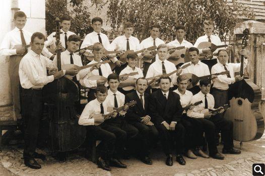 "Tamburaški orkestar HPD ""Tomislav"" iz 1963. godine 1. red (odozdo slijeva na desno): Tomislav Vuk, Milan Sokić, Ivan Janković (korepetitor), Vinko Sokić (dirigent), Stanko Kurjaković, Ivan Sokić 2. red: Mato Kumić, Ivan Kapetanić, Mato Đurić, Đuro Đurić, Milan Trtanj, Franjo Đurić, Branko Janković, 3. red: Ivan Živković, Mijo Zec, Ferdo Andrašević, Štefko Bošnjak, Mijo Sokić, Josip Sokić, Emil Kumić"