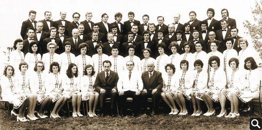 "70. obljetnica HPD ""Tomislav"" - 1975. godina 1. red (odozdo slijeva na desno): Gordana Kapetanić, Branka Vuk, Katarina Vuk, Nevenka Janković, Ivana Ferić, Ljubica Došlić, Mirko Japundžić (tajnik), Vinko Sokić (zborovođa), Nikola Vuk (predsjednik), Marijana Šimić, Mirjana Kumić, Fana Kumić, Ankica Trnka, Dinka Šimić, Višnja Vitković 2. red: Željka Jelinić, Slavica Tokić, Pavica Matković, Milica Tokić, Željka Ferić, Josipa Bukvić, Paula Brnčić, Jula Bukvić, Štefica Vuk, Anđelka Marić, Marta Praštalo, Vera Jedličko, Branka Sokić, Mirjana Rosić, Mandica Tusić, Branka Brčić 3. red: Franjo Kapetanić, Josip Kusaković, Matija Čar, Josip Blazina, Zdravko Karešin, Franjo Bukvić, Nikola Šimić, Zdravko Sokić, Luka Zec, Stjepan Andrašević, Đuro Petričević, Antun Barun 4. red: Melhior Šimić, Emil Kumić, Josip Benčić, Josip Marić, Vladimir Sokić, Ivica Vuk, Drago Malić, Franjo Vuk, Stjepan Bakunić, Slobodan Božičković, Ivo Dević 5. red: Ivan Đurić, Nikola Trnka, Florijan Brčić, Mirko Matković, Stjepan Lazić, Mijo Sokić, Tomislav Brčić, Slavko Herceg, Franjo Đurić, Drago Lalić, Stanko Kranjčec, Franjo Petranović, Željko Curčić, Željko Kumić - Nisu na slici: Josipa Đurić, Ankica Živković, Božica Abrić, Lojza Petričević, Ruža Vuk, Željko Brčić, Nikola Đurić, Stjepan Trupinić, Antun Petričević, Miljenko Rosić, Ivo Žakić"