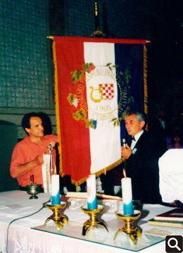 Kum društvene zastave Vladimir Vuk i predjednik Društva Dragutin Janković prigodom posvete zastave 11. lipnja 1995.