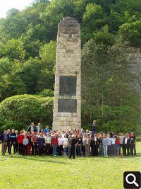 "Članovi HPD ""Tomislav"" ispred spomenika hrvatskoj himni na cesti Klanjec-Kumrovec 23.05.2004."